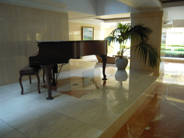 エントランス内のピアノ