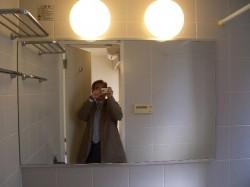 大型の鏡と左上にはバスタオル台もあります。